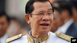 柬埔寨总理洪森准备参加在金边举行的独立日庆祝活动. (2017年11月9日)