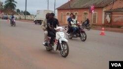 Motoqueiros em Angola (Foto de Arquivo)
