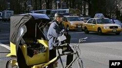 Pogođeni ekonomskom krizom, neki stanovnici Njujorka i Vašingtona počeli da prevoze turiste rikšama