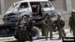 아프가니스탄과 해외 보안군이 17일 자살 차량 폭탄 테러 현장을 경계하고 있다.