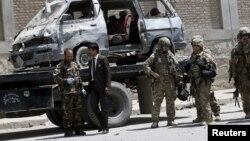 2015年5月17日阿富汗和外国安全部队在汽车炸弹袭击地点站岗