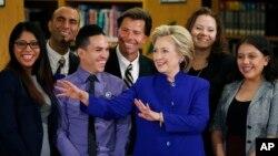 """Hillary Clinton posa con """"dreamers"""" en la escuela secundaria Rancho High School el martes."""