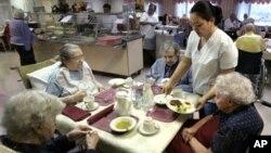 Wanita kulit putih AS yang dirawat di rumah jompo (foto: ilustrasi).