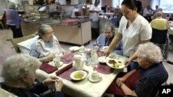 Beberapa lansia di sebuah panti jompo di Chicago, AS (foto: dok). Warga AS mungkin punya usia harapan hidup lebih lama, namun kemungkinan dengan menderita penyakit kronis, seperti diabetes dan depresi.