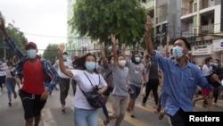 Pengunjuk rasa anti-kudeta memberikan hormat tiga jari selama protes flash mob di Yangon, Myanmar 3 Juni 2021. (Foto: Reuters)