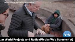 "Dr. James O' Connell, pendiri Layanan Kesehatan Boston bagi Tuna Wisma dalam cuplikan film dokumenter ""The Antidote"". (Foto: screenshot/VOA/The Antidote / Better World Projects and RadicalMedia)"