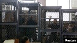 Những thành viên của nhóm Huynh đệ Hồi giáo bị nhốt trong lồng bị cáo tại một phiên tòa ở Cairo, ngày 7 tháng 6, 2014.