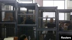 Lãnh tụ Huynh đệ Hồi giáo Mohamed Badie (phải) cùng các bị cáo khác trong 1 phiên toà ở Cairo, 7/6/2014.