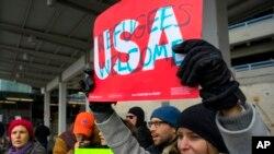 Un manifestant devant l'aéroport JFK de New York, le 28 janvier 2017.