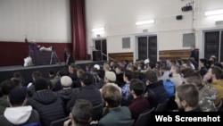 Elvedin Pezić drži predavanje mladima. Izvor: Filme@Consorten, screenshot
