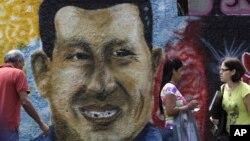 Портрет Чавеса на стене дома в Каракасе