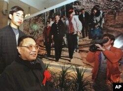 中国已故领导人邓小平的儿子邓朴方1998年2月18日在北京军事博物馆举办的展览中观看了他父亲的一张大照片,由他的妹妹邓琳拍摄。