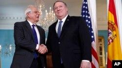 El secretario de Estado de EE.UU., Mike Pompeo, (der.) saluda al ministro de asuntos exteriores de España, Josep Borrell en el Departamento de Estado, el lunes 1 de abril de 2019.