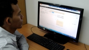 A Cambodian student uses Google's new Khmer online translation service between Khmer and French. Google Translate released Khmer as its 66th language on its online translation service around Cambodian new year, 2013. (Courtesy of Divon Lan)