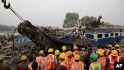 Les secouristes cherchent sous les débris après le déraillement de 14 wagons près du district de Kanpur Dehat, dans l'État de Uttar Pradesh, en Inde, le 20 novembre 2016.