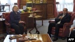Ngoại trưởng Hoa Kỳ Hillary Rodham Clinton gặp đặc sứ của phe chống đối ở Libya, ông Mahmoud Jibril, tại Hội nghị ở London, ngày 29/3/2011