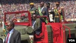 UMongameli Robert Mugabe sowabusa ele Zimbabwe okweminyaka engamatshumi amathathu lasikhombisa - 37.