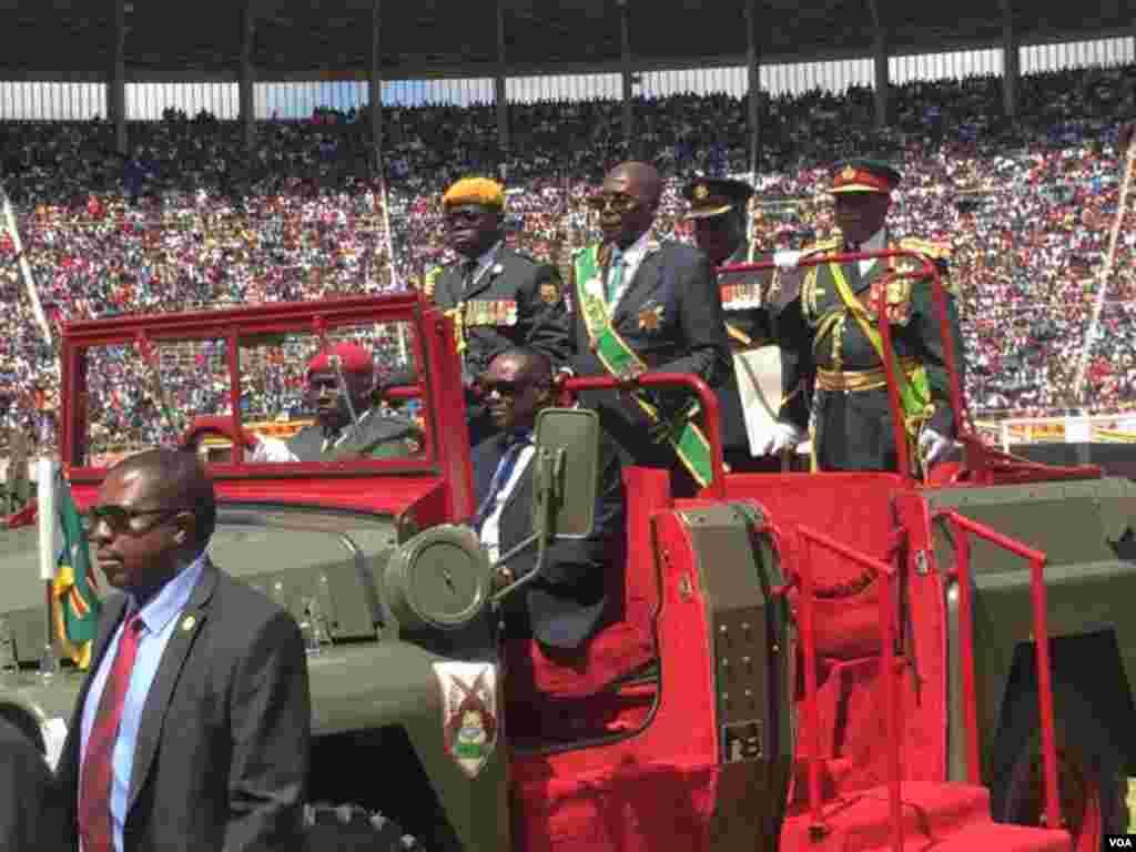 Shugaba Robert Mugabe a cikin mota a lokacin da yake halartar bikin cika shekaru 37 da samun 'yancin kan kasar Zimbabwe