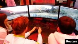Orang-orang memainkan video game di stand Acer di pameran elektronik IFA di Berlin, Jerman, 2 September 2015.