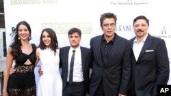 """Pemeran Film Escobar: Paradise Lost dari kiri ke kanan: Laura Lodono, Claudia Traisac, Josh Hutcherson, Benicio Del Toro dan Carlos Bardem pada pemutaran perdana film """"Escobar: Paradise Lost"""" di Arclight Hollywood, Los Angeles, 22 Juni 2015. (Foto: Rich Fury/Invision/AP)"""