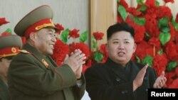 人民军总参谋长李英镐(左)和金正恩 (右)