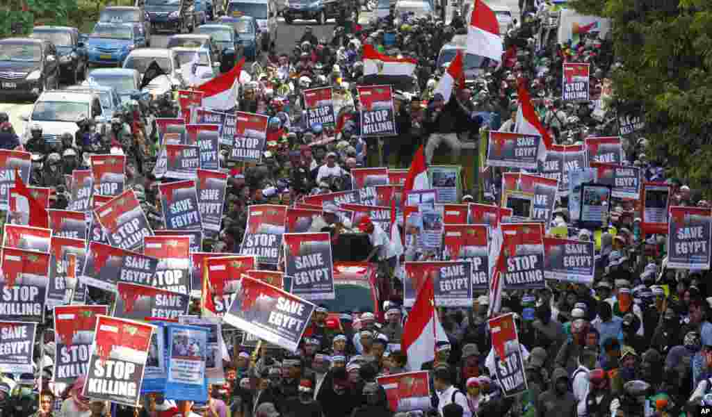 Indonesians march during a protest calling for an end to the violence used against the supporters of ousted President Mohamed Morsi in Egypt, in Jakarta, Indonesia, Friday, Aug. 16, 2013.