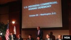 Penandatanganan kerjasama bisnis antara perusahaan Indonesia dan AS di Washington, DC (26/10). (VOA/Vina Mubtadi)