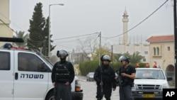 Cảnh sát Israel đứng gác ở làng Arara, miền bắc Israel, 8/1/2016.