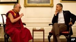 Presiden AS Barack Obama dalam pertemuan dengan Dalai Lama pada 2012. (Foto: Dok)