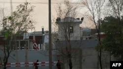 Dim i prašina dižu se iz zgrade koju su zauzeli pobunjeni Talibani za vreme koordinisanih napada u Kabulu.