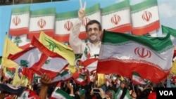 Los residentes del sur del Líbano marcharon a recibir a Ahmadinejad en Bint Jbeil, un pueblo fronterizo y bastión de Jezbolá que fue uno de los más atacados durante la guerra del 2006 entre Israel y Jezbolá.