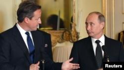 Thủ tướng Anh David Cameron (trái) và Tổng thống Nga Vladimir Putin tại London, ngày 16/6/2013.