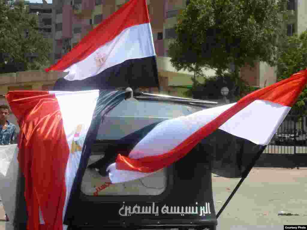 Banderas egipcias en venta en la sede de la Hermandad Musulmana frente a la mezquita de Rabaa al-Adawiya en El Cairo. Photo: VOA/Sharon Behn