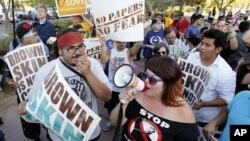 Biểu tình trước trụ sở di trú ở Phoenix để phản đối quyết định của tòa án tối cao Hoa Kỳ