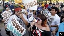 지난 6월 미 연방법원 앞에서 애리조나주 이민법에 반대하는 시위자들.