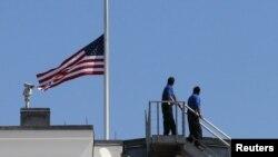La Casa Blanca iza la bandera de Estados Unidos a media asta en señal de duelo por el ataque contra su embajada en Libia.