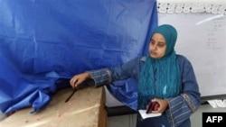 Žena glasa na biračkom mestu u Aleksandriji u Egiptu, 28. novembar, 2010.