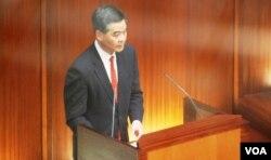 梁振英在立法會答問大會上承認處理違建問題有疏忽,向香港市民鄭重道歉