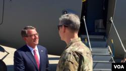 2016年4月18日美国国防部长卡特(左)抵达伊拉克访问。