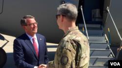 美國國防部長卡特星期一抵達伊拉克,與美軍指揮官見面。