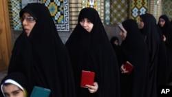伊朗选民排队等待投票。2013年6月14日 (照片来源:美联社)