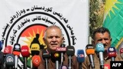 Le général Wasta Rasul, à gauche, commandant des forces Pehsmergas dans le sud du Kirkuk, lors d'une conférence de presse, Irak, 30 juin 2017.