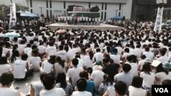大部份參與罷課集會的學生響應大會呼籲,穿上白衫。(美國之音湯惠芸)