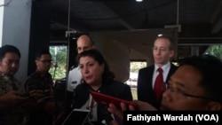 Wakil Dubes AS Erin Elizabeth Mckee berbicara kepada wartawan di Jakarta