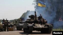 지난 3일 우크라이나 정부군 탱크가 동부 마을 데발체베의 검문소를 지나고 있다. (자료사진)