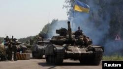 乌克兰军队坦克进入乌克兰东部检查站