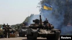 Xe tăng của quân đội Ukraina đi qua một chốt kiểm soát ở miền đông Ukraine.