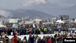 Miles esperan la llegada del papa Francisco en el parque Bicentenario. Al fondo, el volcán Cotopaxi.