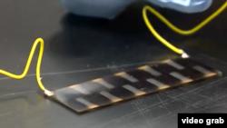 Una célula pintada con pintura de materiales fotovoltaicos.
