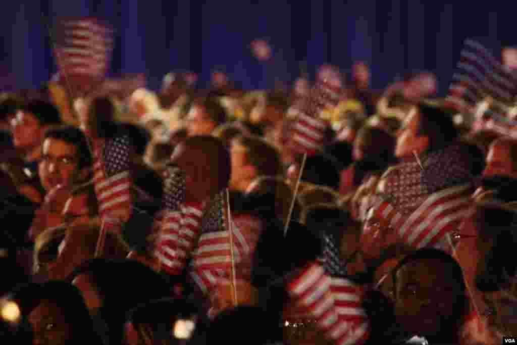 Partidarios hondean las banderas estadounidenses en señal de victoria mientras esperan al presidente Barack Obama en Chicago. [Foto: Ramón Taylor]